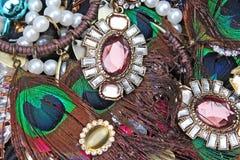 Ζαλίζοντας jewelries σκουλαρίκια μόδας rhinestone κρυστάλλων στα χρώματα παπαγάλων Υπόβαθρο κοσμημάτων Σύσταση κοσμήματος Στοκ Εικόνες