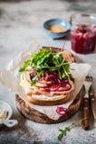 Ζαμπόν και κόκκινο ανοικτό σάντουιτς κρεμμυδιών Pickeled Στοκ φωτογραφία με δικαίωμα ελεύθερης χρήσης