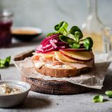 Ζαμπόν και κόκκινο ανοικτό σάντουιτς κρεμμυδιών Pickeled Στοκ Εικόνα