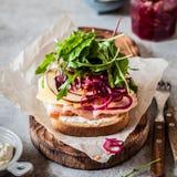 Ζαμπόν και κόκκινο ανοικτό σάντουιτς κρεμμυδιών Pickeled Στοκ εικόνες με δικαίωμα ελεύθερης χρήσης