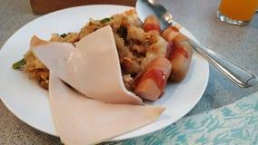 Ζαμπόν και λουκάνικο με τη σάλτσα τσίλι σε ένα εύγευστο πιάτο στοκ εικόνες