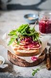 Ζαμπόν και παστωμένο κόκκινο ανοικτό σάντουιτς κρεμμυδιών Στοκ Εικόνες