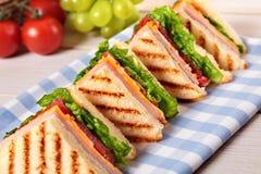 Ζαμπόν και τυρί σάντουιτς λεσχών θερινών πικ-νίκ σε μια σειρά Στοκ εικόνα με δικαίωμα ελεύθερης χρήσης