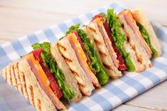 Ζαμπόν και τυρί σάντουιτς λεσχών πικ-νίκ σε μια σειρά Στοκ εικόνες με δικαίωμα ελεύθερης χρήσης