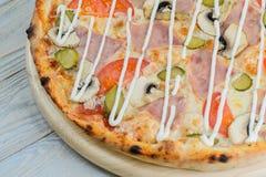 Ζαμπόν πιτσών και μανιτάρι και ντομάτες Στοκ εικόνες με δικαίωμα ελεύθερης χρήσης