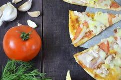 Ζαμπόν τυριών σαλαμιού πιτσών Καυτή σπιτική Pepperoni πίτσα έτοιμη να φάει με τα συστατικά για το μαγείρεμα, πράσινα, σκόρδο στοκ φωτογραφία με δικαίωμα ελεύθερης χρήσης
