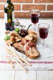 Ζαμπόν Prosciutto, ελιές και κόκκινο κρασί Στοκ Εικόνες