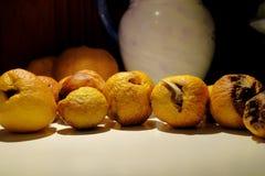 Ζαρωμένα και κάπως σάπια κίτρινα φρούτα κυδωνιών στοκ εικόνα με δικαίωμα ελεύθερης χρήσης