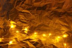 Ζαρωμένα τυλίγοντας έγγραφο Χριστουγέννων τρύγος και υπόβαθρο φαναριών Στοκ Φωτογραφίες