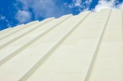 Ζαρωμένη στέγη σιδήρου ενάντια στο νεφελώδη ουρανό στοκ εικόνες