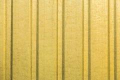 Ζαρωμένος κίτρινος τοίχος φύλλων μετάλλων Στοκ εικόνα με δικαίωμα ελεύθερης χρήσης