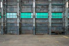 Ζαρωμένος τοίχος σιδήρου σε μια αποθήκη εμπορευμάτων στοκ εικόνες με δικαίωμα ελεύθερης χρήσης