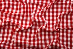 Ζαρωμένο κόκκινο ταρτάν τραπεζομάντιλων στην ταπετσαρία σύστασης κλουβιών Στοκ Φωτογραφία