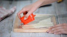 Ζαχαροπλάστης που κάνει το ντεκόρ από την άσπρη σοκολάτα Διαδικασία μαγειρέματος απόθεμα βίντεο