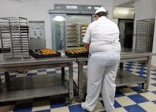 Ζαχαροπλάστης που κατασκευάζει τα γλυκά στοκ εικόνα