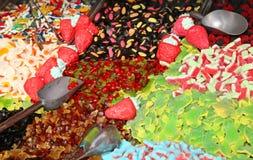 Ζαχαρούχος καραμέλα και λαστιχωτός για την πώληση στο στάβλο καραμελών στο τοπικό σημάδι στοκ φωτογραφία με δικαίωμα ελεύθερης χρήσης
