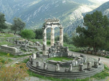 Ζαλίζοντας άποψη του αδύτου Αθηνάς Pronaia Mountainside, Δελφοί, Ελλάδα στοκ εικόνα