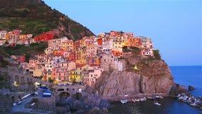 Ζαλίζοντας άποψη του όμορφου και άνετου χωριού Manarola στην επιφύλαξη Cinque Terre στο ηλιοβασίλεμα Περιοχή της Λιγυρίας απόθεμα βίντεο
