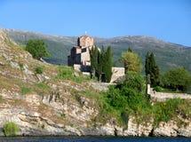 Ζαλίζοντας άποψη του ST John στην εκκλησία Kaneo ` s στον απότομο βράχο, που βλέπει από τη λίμνη Οχρίδα στοκ εικόνες