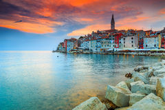 Ζαλίζοντας ηλιοβασίλεμα με την παλαιά πόλη Rovinj, περιοχή Istria, της Κροατίας, Ευρώπη Στοκ Φωτογραφίες
