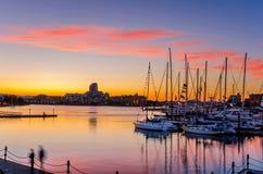 Ζαλίζοντας ηλιοβασίλεμα πέρα από ένα λιμάνι Στοκ εικόνα με δικαίωμα ελεύθερης χρήσης