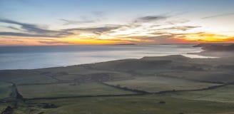 Ζαλίζοντας ηλιοβασίλεμα πέρα από την ακτή του Dorset Στοκ Φωτογραφία