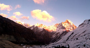 Ζαλίζοντας ηλιοβασίλεμα στο βουνό Annapurna Στοκ εικόνα με δικαίωμα ελεύθερης χρήσης