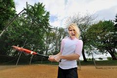 Ζαλίζοντας νέος ξανθός θηλυκός φορέας σόφτμπολ Στοκ εικόνες με δικαίωμα ελεύθερης χρήσης