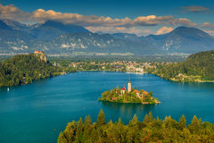 Ζαλίζοντας πανόραμα, όμορφα σύννεφα και αιμορραγημένη λίμνη, Σλοβενία, Ευρώπη Στοκ Φωτογραφία