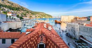 Ζαλίζοντας πανόραμα Dubrovnik με την παλαιά πόλη και την αδριατική θάλασσα Στοκ Φωτογραφία
