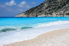 Ζαλίζοντας παραλία χαλικιών Myrtos στο νησί Cephalonia, Ελλάδα Στοκ εικόνα με δικαίωμα ελεύθερης χρήσης