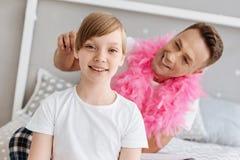 Ζαλίζοντας τη χαρούμενη κυρία που παίρνει την τρίχα της γίνοντη από τον μπαμπά Στοκ εικόνες με δικαίωμα ελεύθερης χρήσης