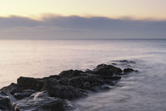 Ζαλίζοντας τοπίο ανατολής πέρα από τους βράχους στη θάλασσα Στοκ εικόνες με δικαίωμα ελεύθερης χρήσης