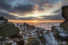 Ζαλίζοντας τοπίο χειμερινού ηλιοβασιλέματος από τα βουνά που κοιτάζουν πέρα από το sno Στοκ Εικόνες