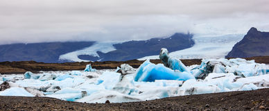 Ζαλίζοντας χειμερινή ημέρα άποψη Jokulsarlon, παγετώδης λιμνοθάλασσα ποταμών, μεγάλη παγετώδης λίμνη, νοτιοανατολική Ισλανδία, στ Στοκ Εικόνα