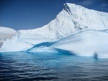 Ζαλίζοντας χρώματα και μορφές ενός ανταρκτικού παγόβουνου Στοκ Εικόνες