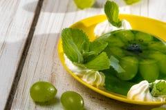 Ζελατίνα σταφυλιών ως επιδόρπιο με την κρέμα Στοκ Εικόνα