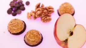 Ζελατίνα φρούτων με το φρέσκο μήλο τρόφιμα υγιή Ζελατίνα της Apple στη σοκολάτα με τα ξύλα καρυδιάς Θερινό επιδόρπιο με τη ζελατί Στοκ φωτογραφία με δικαίωμα ελεύθερης χρήσης