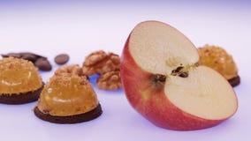 Ζελατίνα φρούτων με το φρέσκο μήλο τρόφιμα υγιή Ζελατίνα της Apple στη σοκολάτα με τα ξύλα καρυδιάς Θερινό επιδόρπιο με τη ζελατί Στοκ Εικόνα