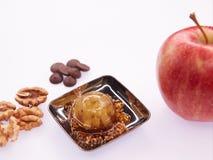 Ζελατίνα φρούτων με το φρέσκο μήλο τρόφιμα υγιή Ζελατίνα της Apple στη σοκολάτα με τα ξύλα καρυδιάς Θερινό επιδόρπιο με τη ζελατί Στοκ Εικόνες