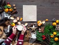 Ζεστά ποτά, καφές, κακάο ή σοκολάτα Χριστουγέννων με marshmallows Σύνθεση Χριστουγέννων στο ξύλινο υπόβαθρο, κλάδοι, Christma στοκ φωτογραφία με δικαίωμα ελεύθερης χρήσης