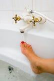 Ζεστό νερό της στρόφιγγας λουτρών Στοκ φωτογραφία με δικαίωμα ελεύθερης χρήσης