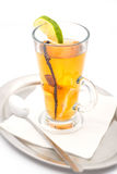 Ζεστό οινοπνευματώδες ποτό με το καρύκευμα και φρούτα όπως τον ασβέστη και το πορτοκάλι, χειμερινό ποτό Στοκ εικόνα με δικαίωμα ελεύθερης χρήσης