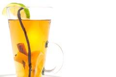 Ζεστό οινοπνευματώδες ποτό με το καρύκευμα και φρούτα όπως τον ασβέστη και το πορτοκάλι, χειμερινό ποτό Στοκ φωτογραφία με δικαίωμα ελεύθερης χρήσης