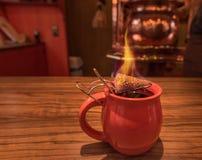 Ζεστό ποτό, θερμαμένο κρασί και καίγοντας ζάχαρη Στοκ φωτογραφία με δικαίωμα ελεύθερης χρήσης