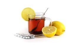 Ζεστό ποτό με ένα λεμόνι με τα φάρμακα τα κρύα και τη γρίπη, που απομονώνονται για Στοκ φωτογραφία με δικαίωμα ελεύθερης χρήσης