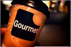 Ζεστό ποτό που εξυπηρετείται σε ένα φλυτζάνι εγγράφου με μια ΚΑΠ Στοκ Φωτογραφίες