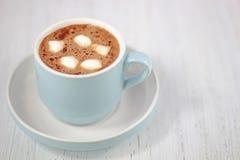Ζεστό ποτό σοκολάτας στο φλυτζάνι κρητιδογραφιών bue Στοκ Εικόνα