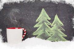 Ζεστό ποτό Χριστουγέννων και συρμένο χέρι δέντρο έλατου Χριστουγέννων Στοκ φωτογραφία με δικαίωμα ελεύθερης χρήσης
