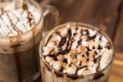 Ζεστό χειμερινό ποτό με τη σκόνη σοκολάτας και κακάου στοκ εικόνα με δικαίωμα ελεύθερης χρήσης